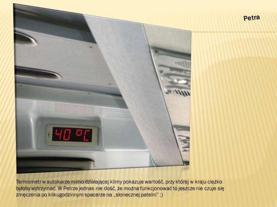 Petra Termometr w autokarze mimo działającej klimy pokazuje wartość, przy której w kraju ciężko byłoby wytrzymać.