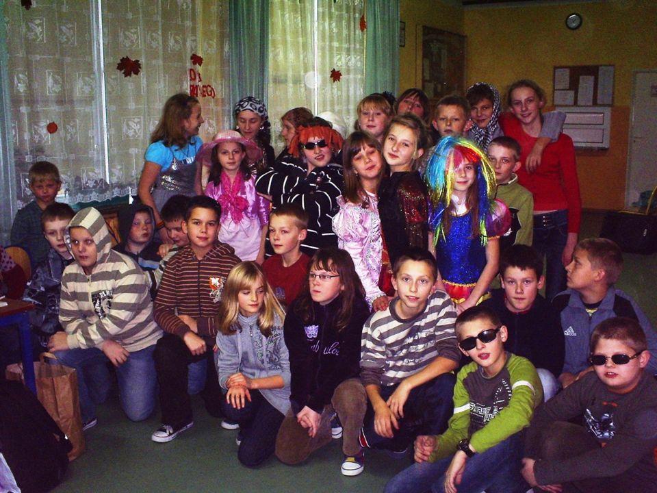 Dyskoteka andrzejkowa klas IV-VI Tegoroczny Bal Andrzejkowy obfitował w wiele zabaw i konkursów, m.in.