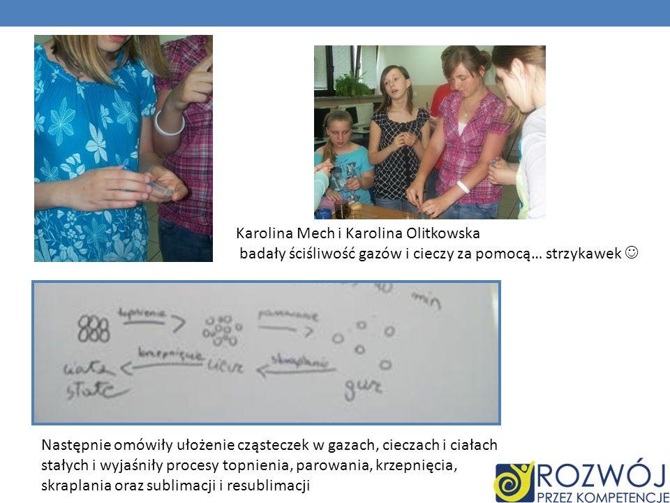 Karolina Mech i Karolina Olitkowska badały ściśliwość gazów i cieczy za pomocą… strzykawek Następnie omówiły ułożenie cząsteczek w gazach, cieczach i ciałach stałych i wyjaśniły procesy topnienia, parowania, krzepnięcia, skraplania oraz sublimacji i resublimacji