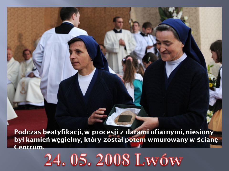 Podczas beatyfikacji, w procesji z darami ofiarnymi, niesiony by ł kamie ń w ę gielny, który zosta ł potem wmurowany w ś cian ę Centrum.