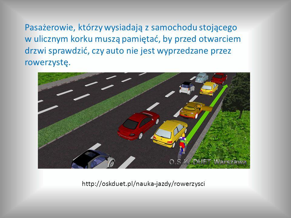 Pasażerowie, którzy wysiadają z samochodu stojącego w ulicznym korku muszą pamiętać, by przed otwarciem drzwi sprawdzić, czy auto nie jest wyprzedzane