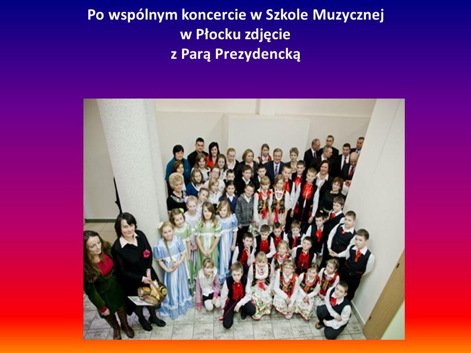 Po wspólnym koncercie w Szkole Muzycznej w Płocku zdjęcie z Parą Prezydencką