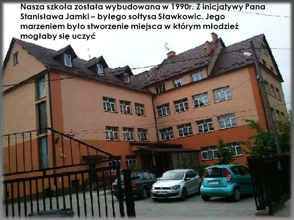 Nasza szkoła została wybudowana w 1990r. Z inicjatywy Pana Stanisława Jamki – byłego sołtysa Sławkowic. Jego marzeniem było stworzenie miejsca w który