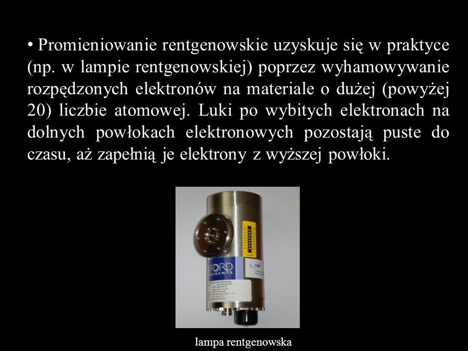 Promieniowanie rentgenowskie uzyskuje się w praktyce (np. w lampie rentgenowskiej) poprzez wyhamowywanie rozpędzonych elektronów na materiale o dużej