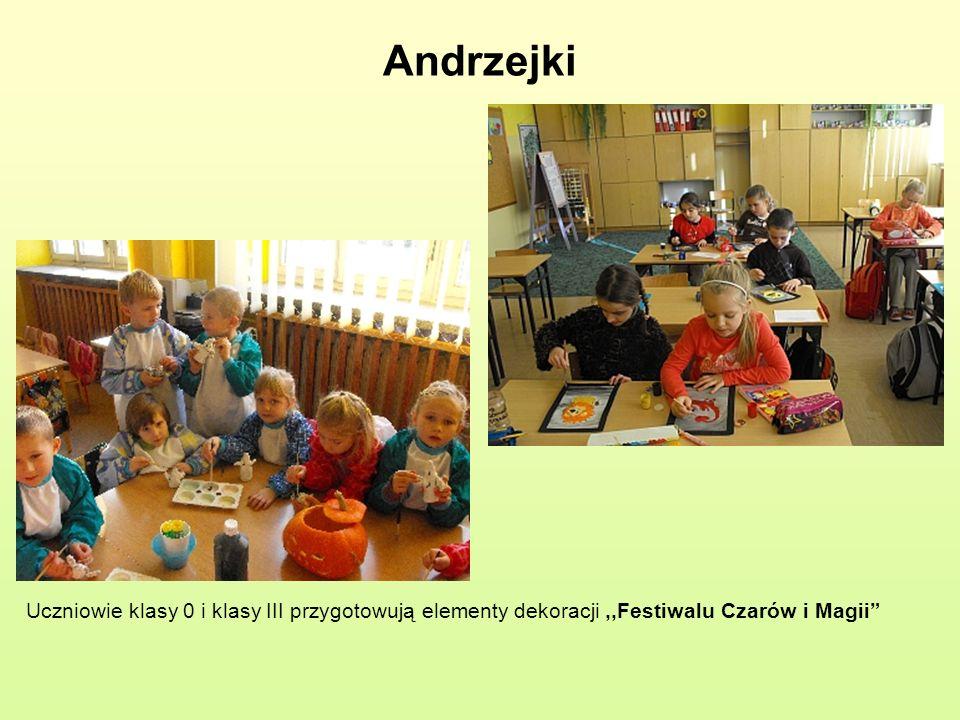 Andrzejki Uczniowie klasy 0 i klasy III przygotowują elementy dekoracji,,Festiwalu Czarów i Magii