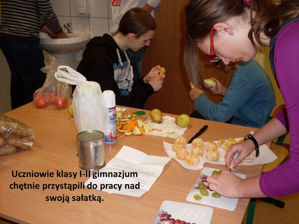 Uczniowie klasy I-II gimnazjum chętnie przystąpili do pracy nad swoją sałatką.