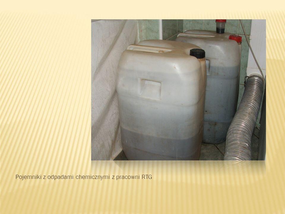 Pojemniki z odpadami chemicznymi z pracowni RTG