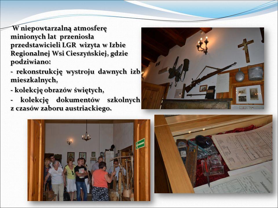 W niepowtarzalną atmosferę minionych lat przeniosła przedstawicieli LGR wizyta w Izbie Regionalnej Wsi Cieszyńskiej, gdzie podziwiano: W niepowtarzalną atmosferę minionych lat przeniosła przedstawicieli LGR wizyta w Izbie Regionalnej Wsi Cieszyńskiej, gdzie podziwiano: - rekonstrukcję wystroju dawnych izb mieszkalnych, - kolekcję obrazów świętych, - kolekcję dokumentów szkolnych z czasów zaboru austriackiego.