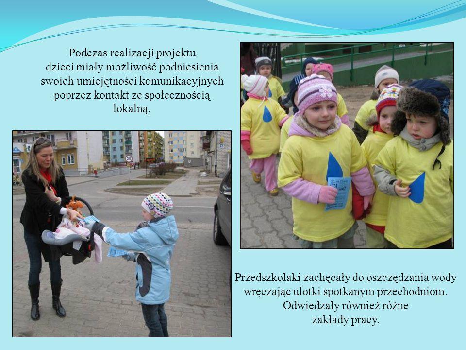 Przedszkolaki zachęcały do oszczędzania wody wręczając ulotki spotkanym przechodniom. Odwiedzały również różne zakłady pracy. Podczas realizacji proje