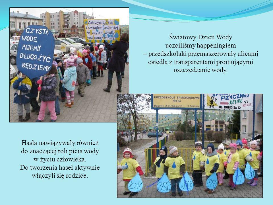 Światowy Dzień Wody uczciliśmy happeningiem – przedszkolaki przemaszerowały ulicami osiedla z transparentami promującymi oszczędzanie wody. Hasła nawi