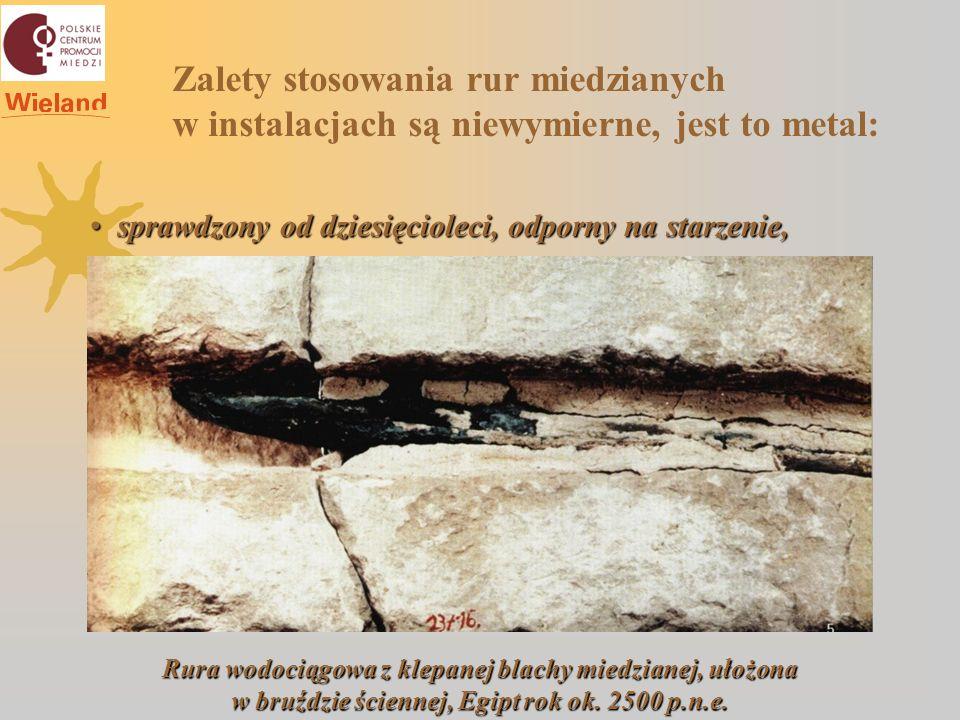 Zalety stosowania rur miedzianych w instalacjach są niewymierne, jest to metal: sprawdzony od dziesięcioleci, odporny na starzenie, sprawdzony od dziesięcioleci, odporny na starzenie, Rura wodociągowa z klepanej blachy miedzianej, ułożona w bruździe ściennej, Egipt rok ok.