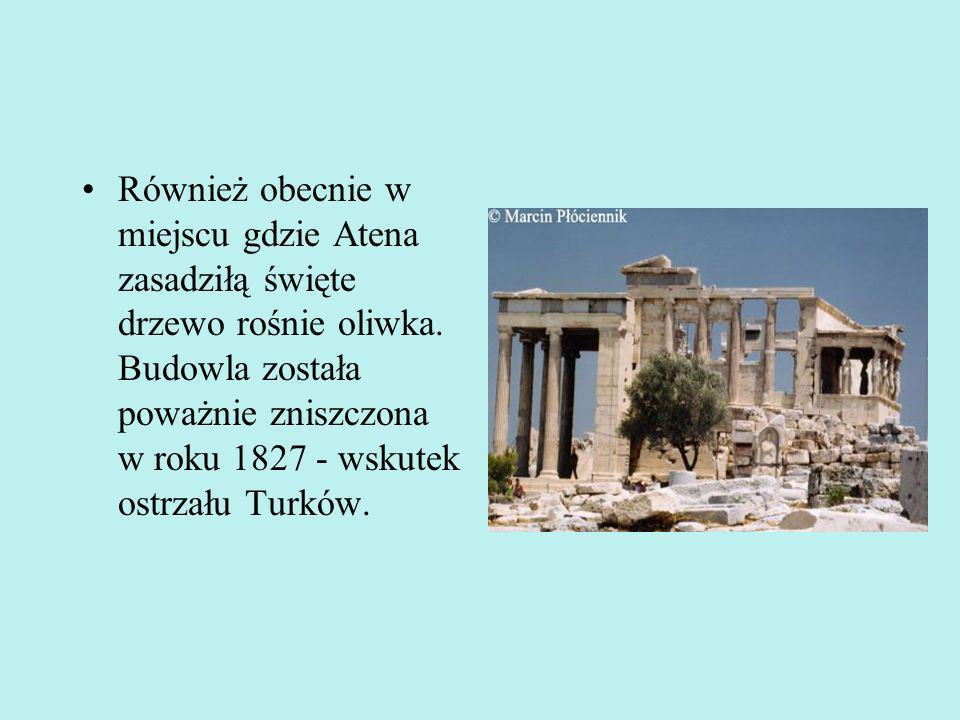 Najsłynniejszym portykiem otaczającym cellę, jest portyk południowy - krużganek Kor, w którym kolumny zastąpiono postaciami dziewcząt.