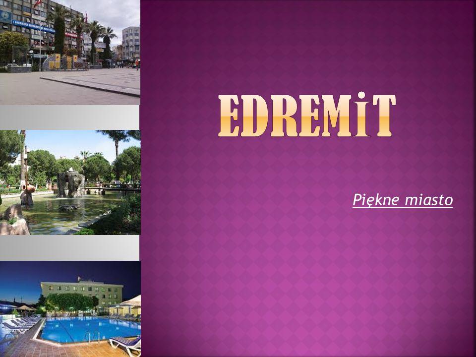 Jest oddalona o kilka kilometrów od Zatoki Edremit.