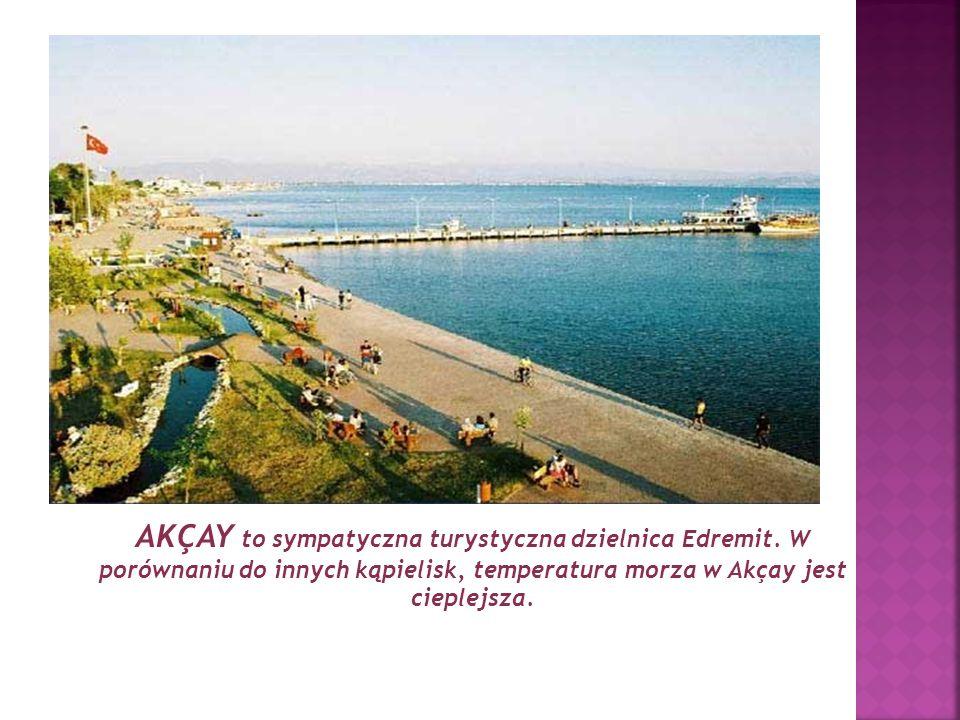 AKÇAY to sympatyczna turystyczna dzielnica Edremit. W porównaniu do innych kąpielisk, temperatura morza w Akçay jest cieplejsza.