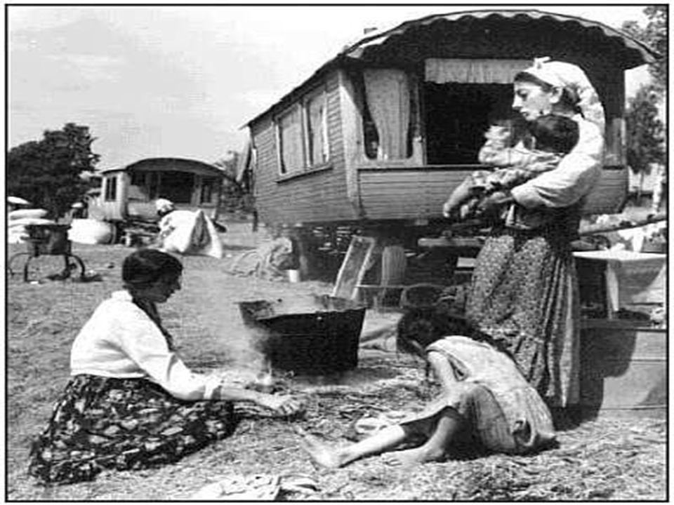 Cyganie osiadli Cyganie osiadli mieszkali w miastach i na wsi, gdzie budowali swoje domostwa, często sytuowane na obrzeżach osady.