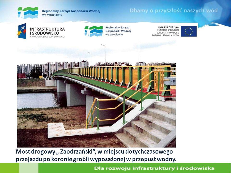 Most drogowy Zaodrzański, w miejscu dotychczasowego przejazdu po koronie grobli wyposażonej w przepust wodny.