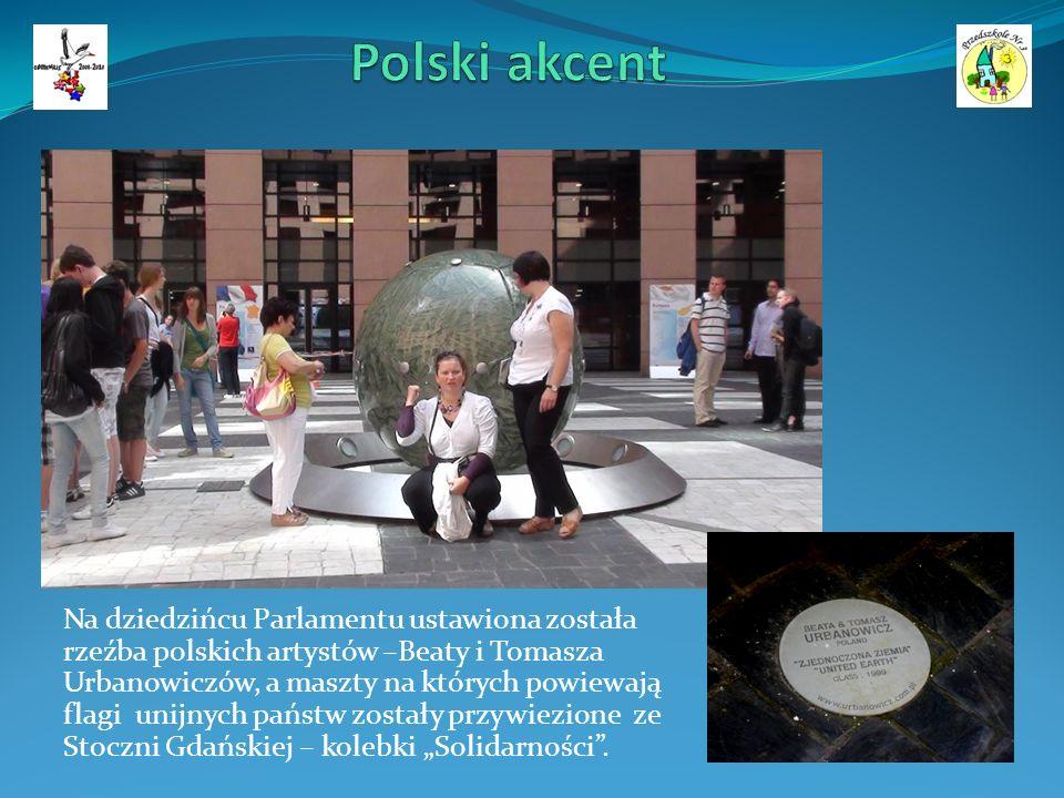 Na dziedzińcu Parlamentu ustawiona została rzeźba polskich artystów –Beaty i Tomasza Urbanowiczów, a maszty na których powiewają flagi unijnych państw zostały przywiezione ze Stoczni Gdańskiej – kolebki Solidarności.