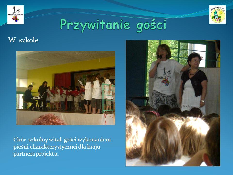 W szkole Chór szkolny witał gości wykonaniem pieśni charakterystycznej dla kraju partnera projektu.