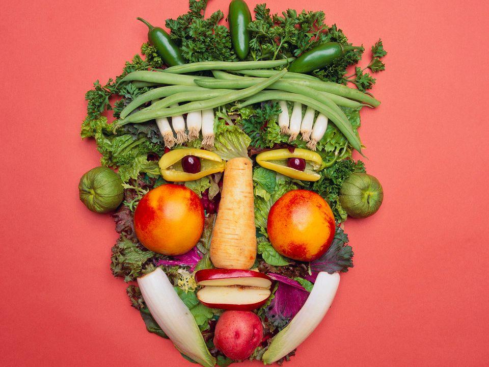 Zapotrzebowanie na składniki spożywcze obliczone na średnie dzienne zapotrzebowanie 2000 kcal (kobiety w wieku 20-30 lat) Składnik odżywczyWskazane Dzienne Spożycie (GDA) - wartości proponowane dla kobiet Wartość energetyczna 2000 kcal Białko 50 g Węglowodany 270 g Tłuszcz nie więcej niż 70 g Kwasy tłuszczowe nasycone nie więcej niż 20 g Błonnik 25 g sól nie więcej niż 6 g Cukry nie więcej niż 90 g w tym cukry dodane nie więcej niż 50 g