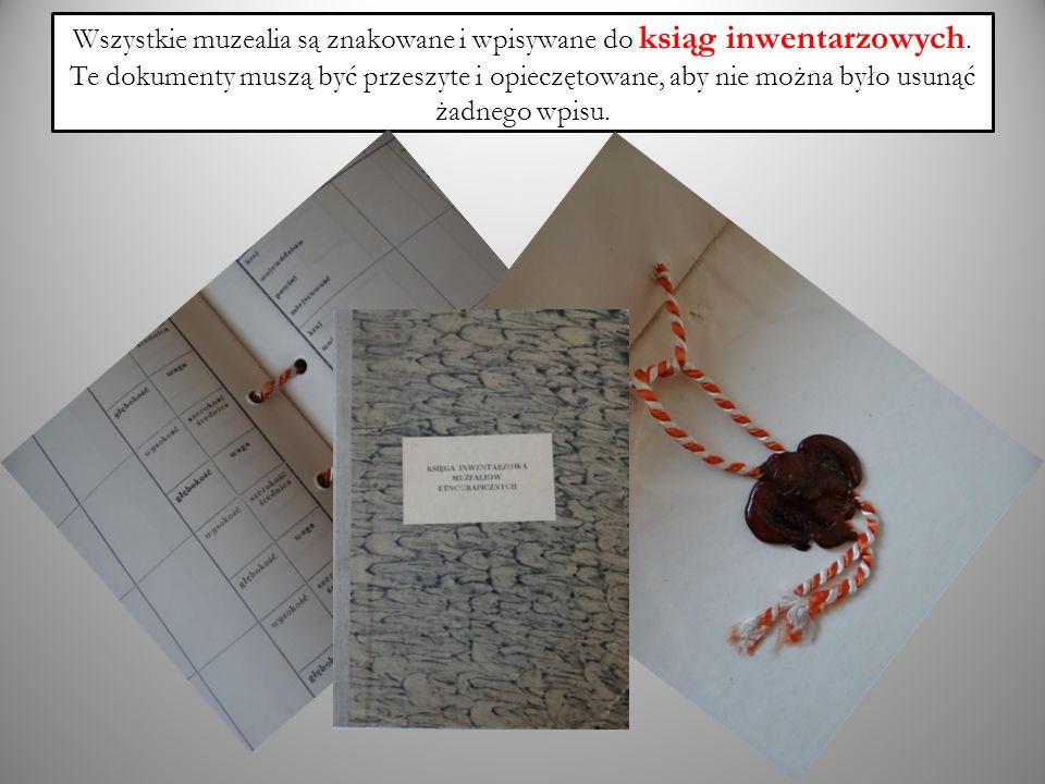 Wszystkie muzealia są znakowane i wpisywane do ksiąg inwentarzowych. Te dokumenty muszą być przeszyte i opieczętowane, aby nie można było usunąć żadne