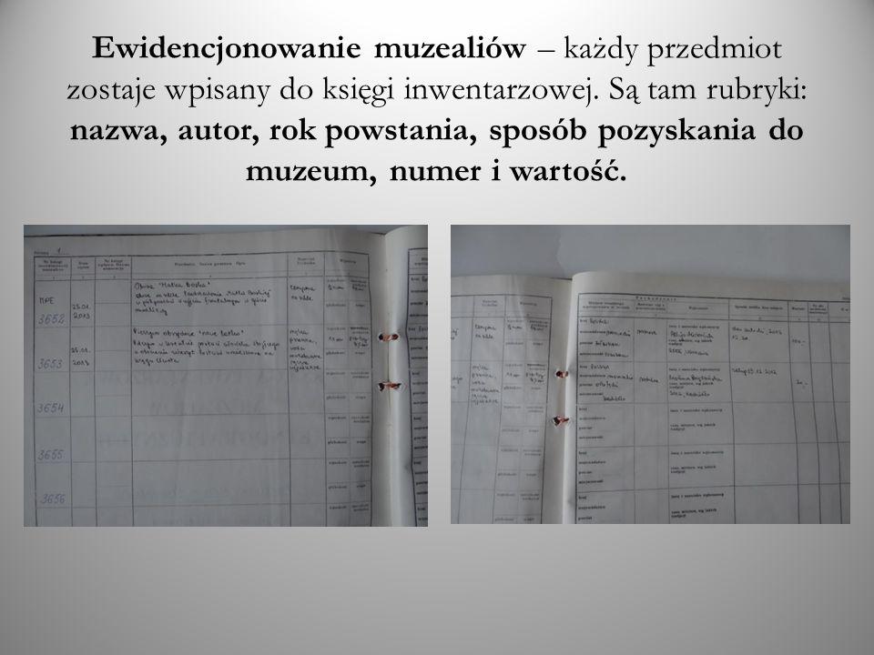 Ewidencjonowanie muzealiów – każdy przedmiot zostaje wpisany do księgi inwentarzowej. Są tam rubryki: nazwa, autor, rok powstania, sposób pozyskania d