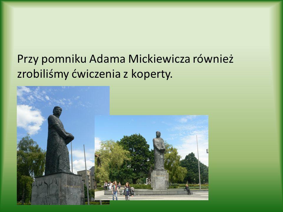 Przy pomniku Adama Mickiewicza również zrobiliśmy ćwiczenia z koperty.