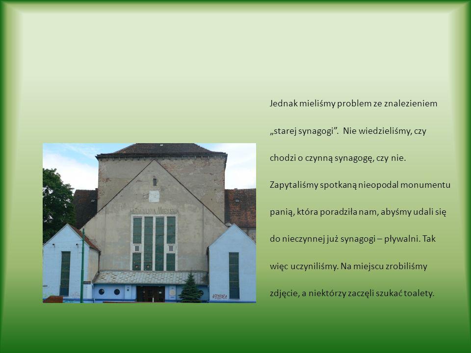 Jednak mieliśmy problem ze znalezieniem starej synagogi. Nie wiedzieliśmy, czy chodzi o czynną synagogę, czy nie. Zapytaliśmy spotkaną nieopodal monum