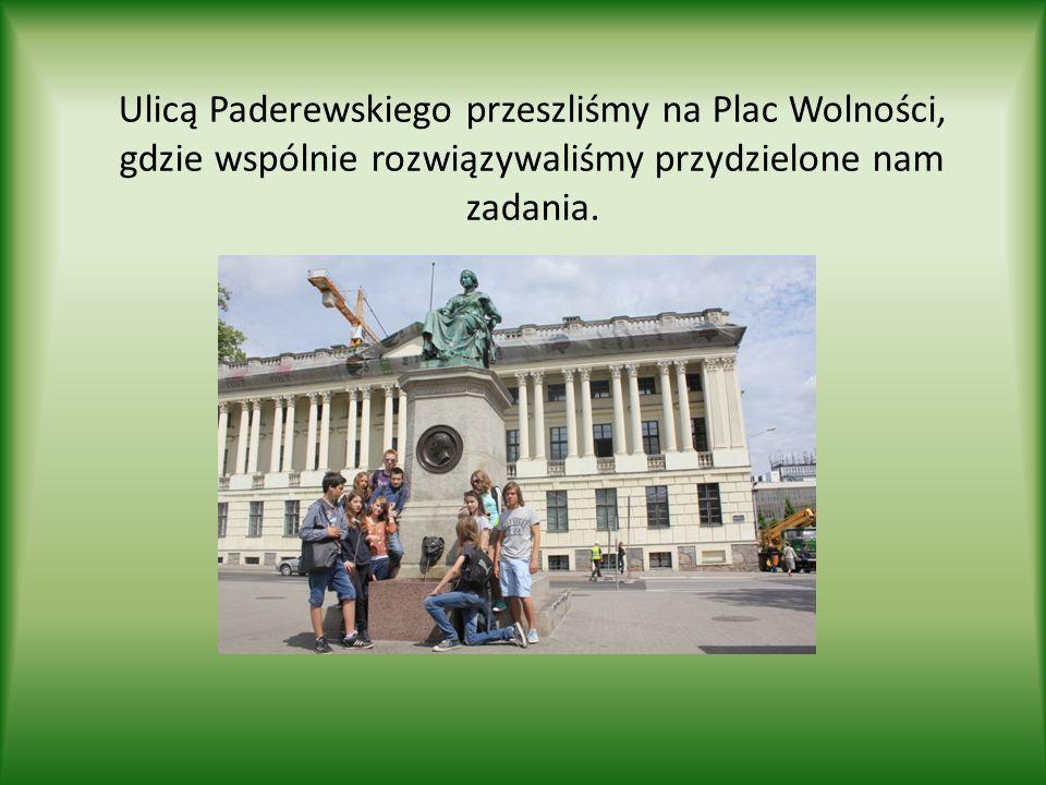 Ulicą Paderewskiego przeszliśmy na Plac Wolności, gdzie wspólnie rozwiązywaliśmy przydzielone nam zadania.