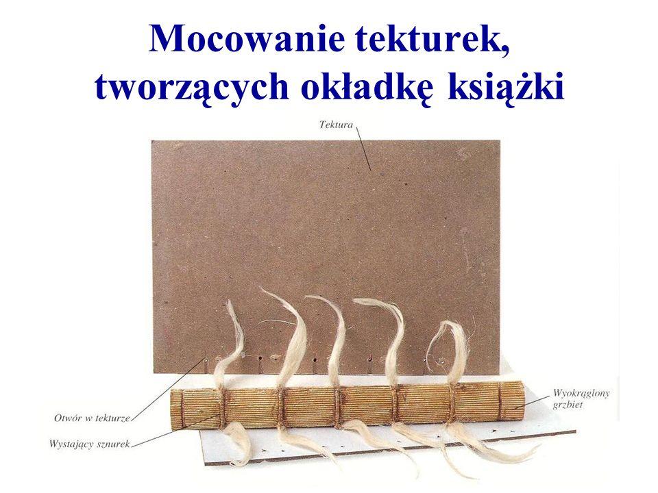 Mocowanie tekturek, tworzących okładkę książki