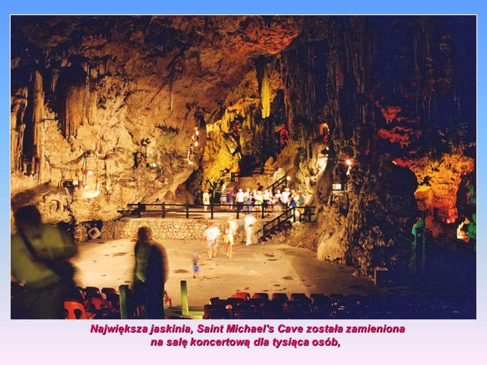 W czasie wojny jaskinie służyły za schrony, Obecnie w głębi skały znajdują się zbiorniki magazynujące deszczówkę w specjalnych łapaczach o pow. ponad