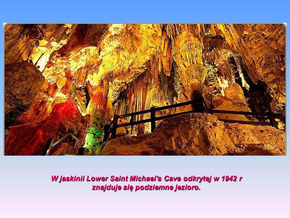 Największa jaskinia, Saint Michael's Cave została zamieniona Największa jaskinia, Saint Michael's Cave została zamieniona na salę koncertową dla tysią