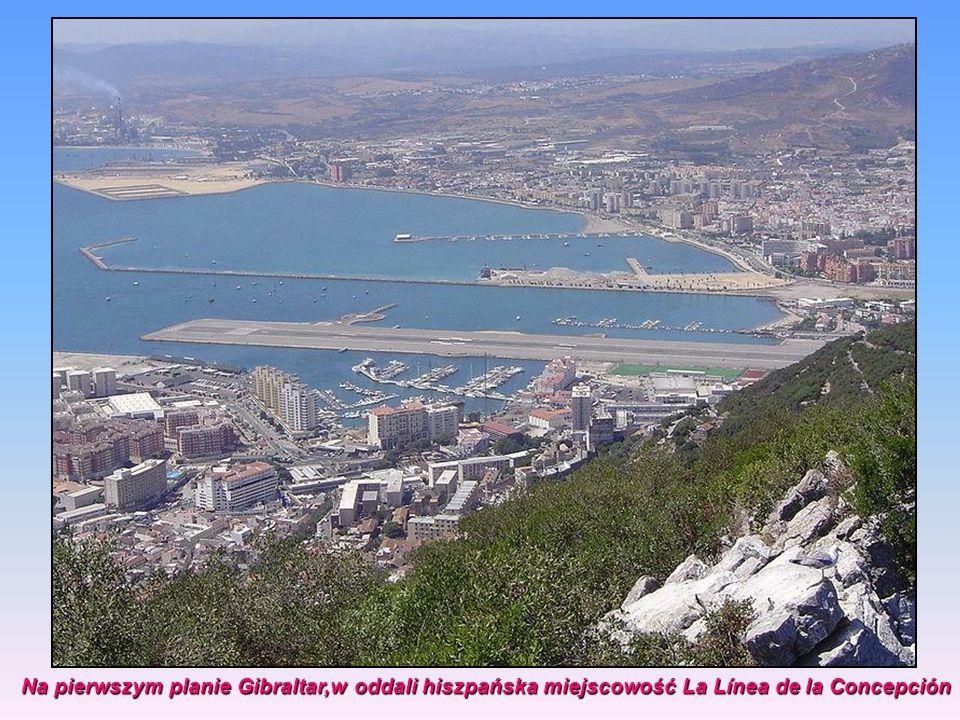Na pierwszym planie Gibraltar,w oddali hiszpańska miejscowość La Línea de la Concepción Na pierwszym planie Gibraltar,w oddali hiszpańska miejscowość La Línea de la Concepción