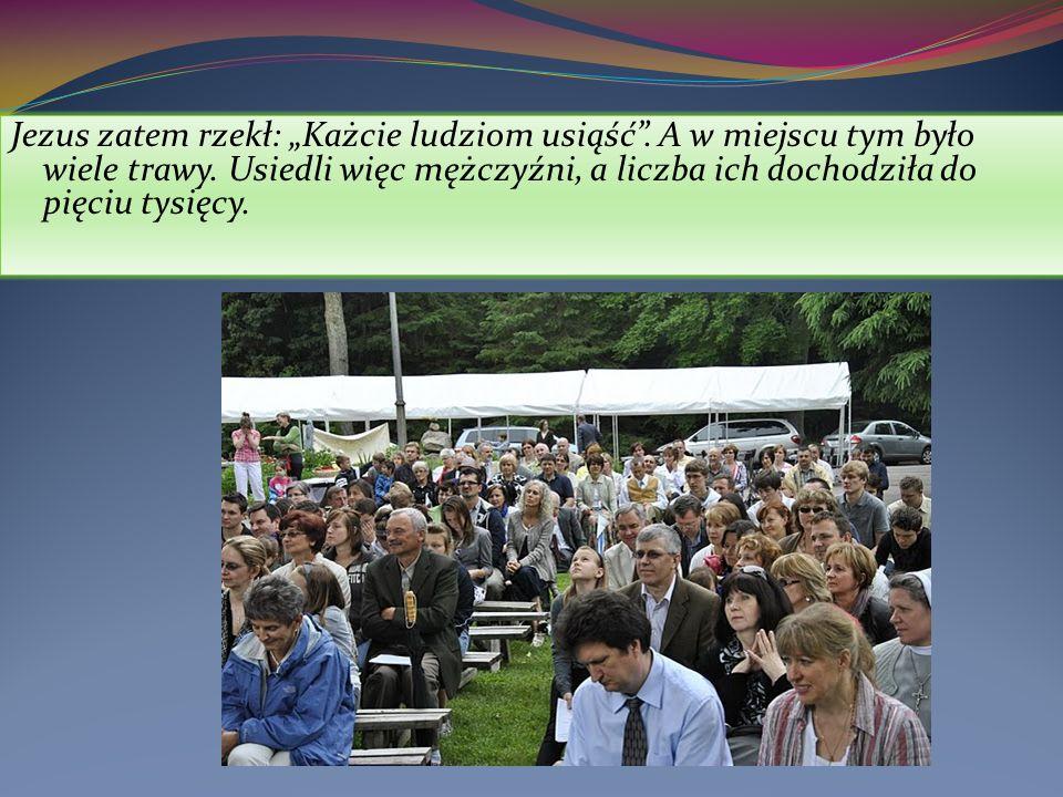 Jezus zatem rzekł: Każcie ludziom usiąść. A w miejscu tym było wiele trawy.