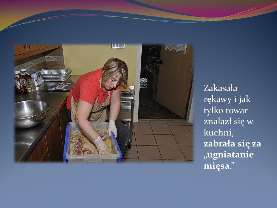 Zakasała rękawy i jak tylko towar znalazł się w kuchni, zabrała się za ugniatanie mięsa.