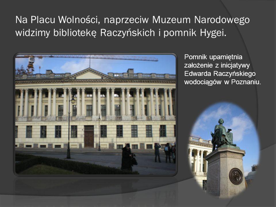 Na Placu Wolności, naprzeciw Muzeum Narodowego widzimy bibliotekę Raczyńskich i pomnik Hygei.