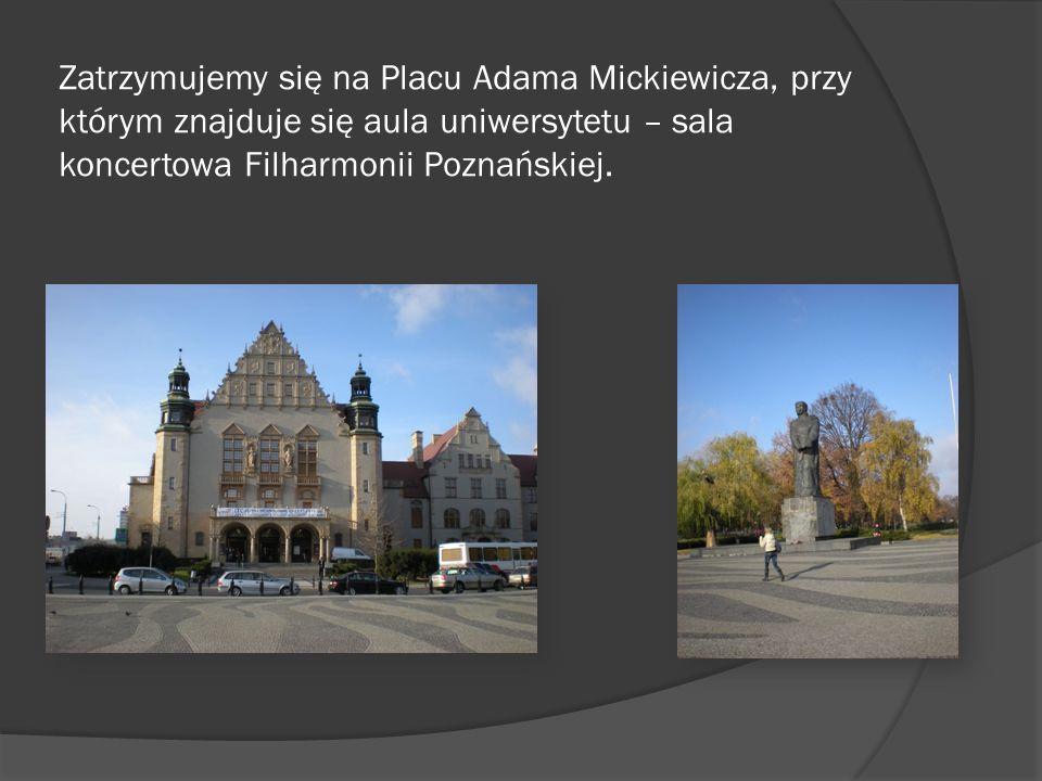 Zatrzymujemy się na Placu Adama Mickiewicza, przy którym znajduje się aula uniwersytetu – sala koncertowa Filharmonii Poznańskiej.