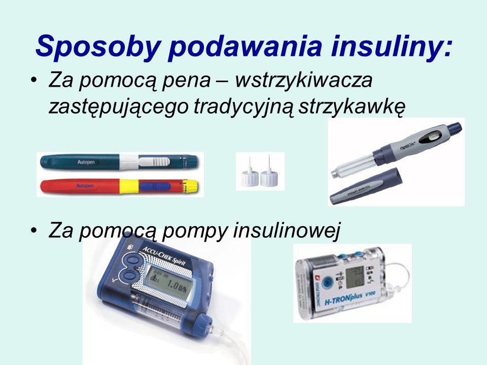 Sposoby podawania insuliny: Za pomocą pena – wstrzykiwacza zastępującego tradycyjną strzykawkę Za pomocą pompy insulinowej