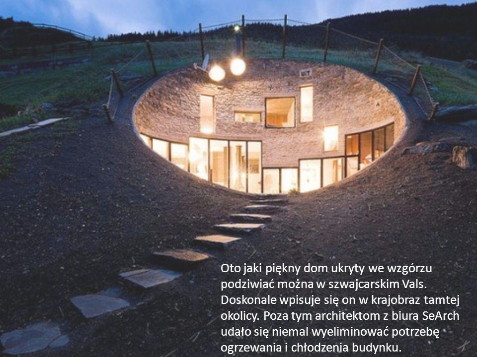Oto jaki piękny dom ukryty we wzgórzu podziwiać można w szwajcarskim Vals. Doskonale wpisuje się on w krajobraz tamtej okolicy. Poza tym architektom z