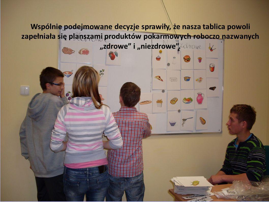 Wspólnie podejmowane decyzje sprawiły, że nasza tablica powoli zapełniała się planszami produktów pokarmowych roboczo nazwanych zdrowe i niezdrowe.