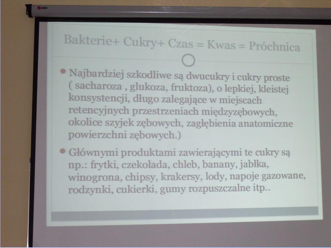 Po części teoretycznej uczniowie w grupach segregowali produkty pokarmowe
