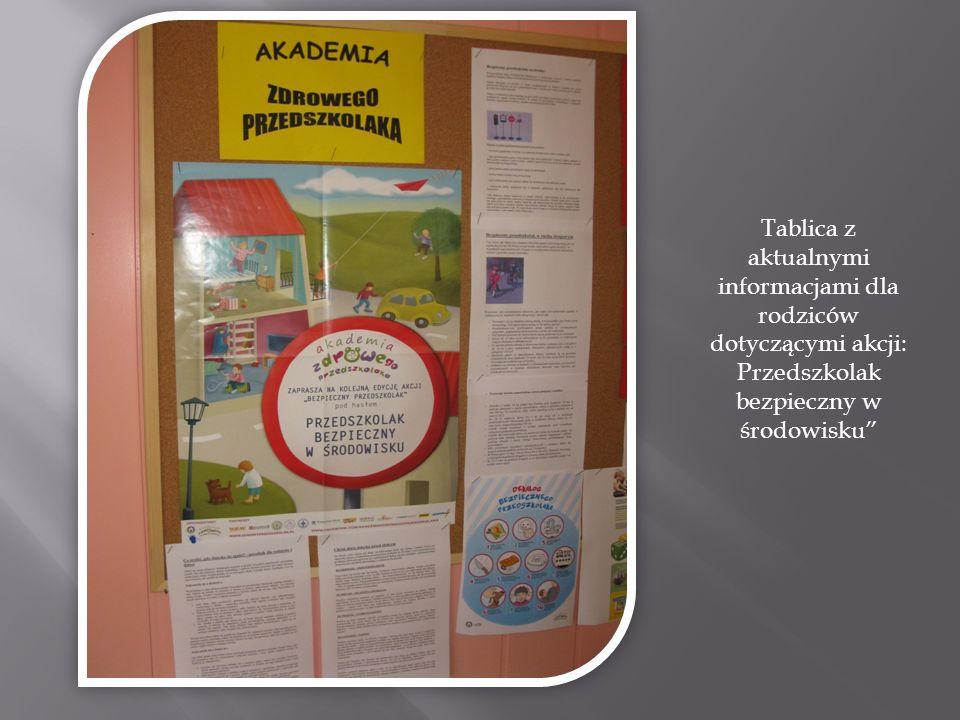 Tablica z aktualnymi informacjami dla rodziców dotyczącymi akcji: Przedszkolak bezpieczny w środowisku