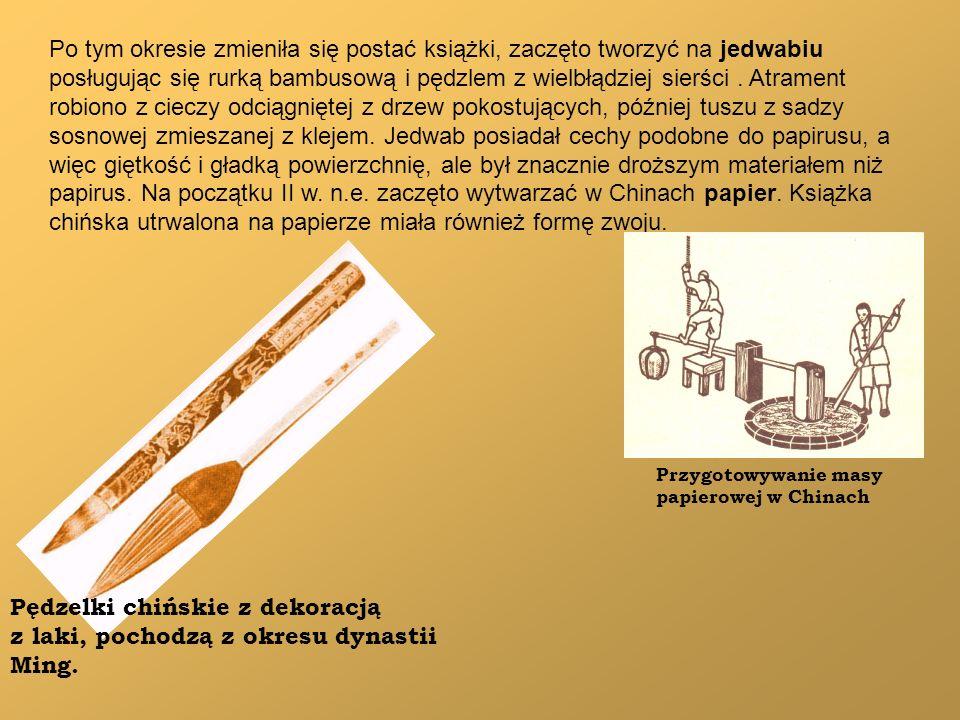 Po tym okresie zmieniła się postać książki, zaczęto tworzyć na jedwabiu posługując się rurką bambusową i pędzlem z wielbłądziej sierści. Atrament robi