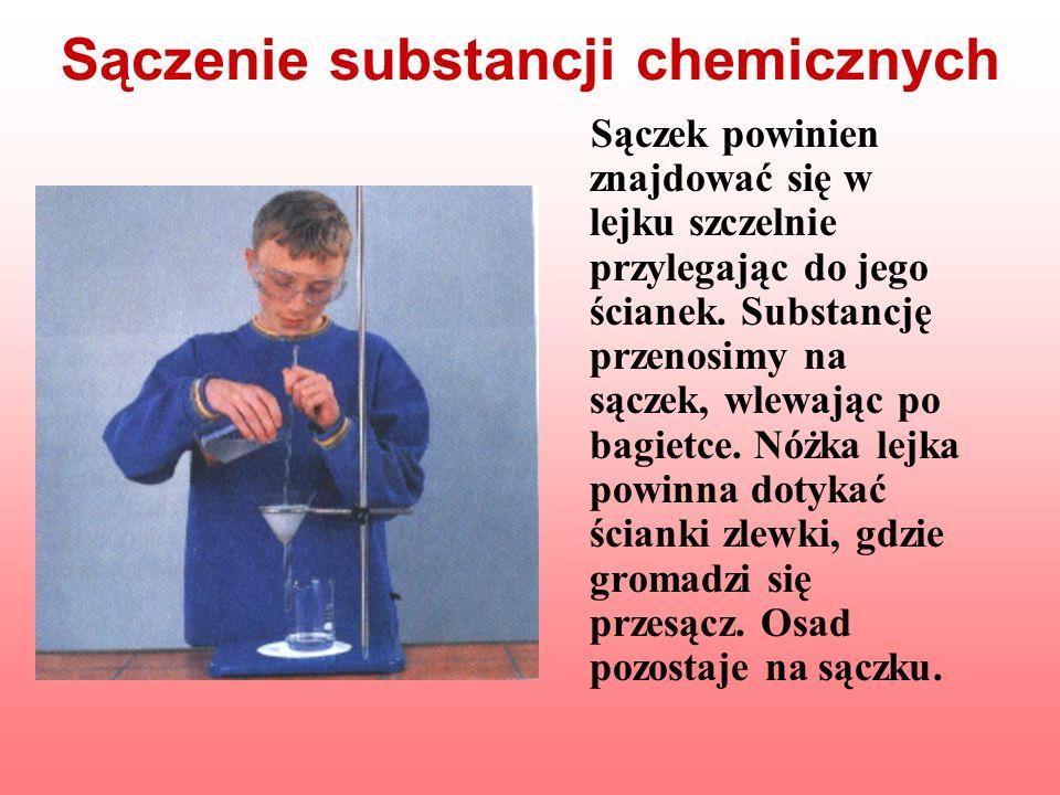 Sączenie substancji chemicznych Sączek powinien znajdować się w lejku szczelnie przylegając do jego ścianek. Substancję przenosimy na sączek, wlewając
