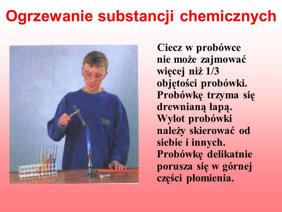 Ogrzewanie substancji chemicznych Ciecz w probówce nie może zajmować więcej niż 1/3 objętości probówki. Probówkę trzyma się drewnianą łapą. Wylot prob