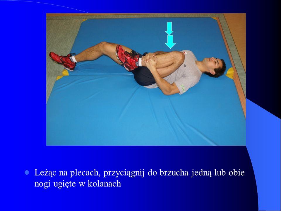 Leżąc na plecach, przyciągnij do brzucha jedną lub obie nogi ugięte w kolanach