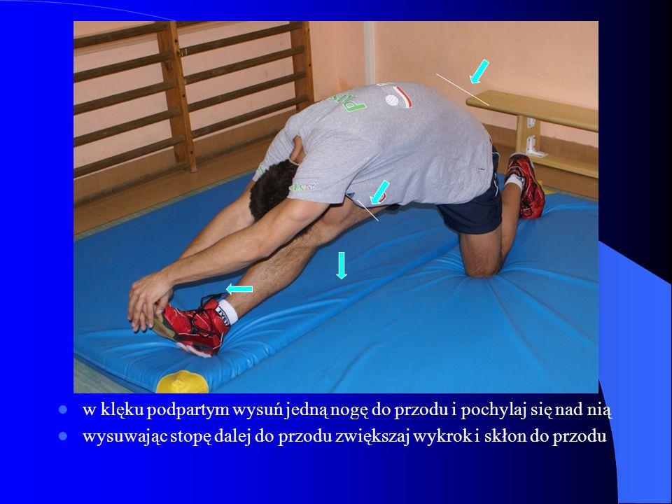 w klęku podpartym wysuń jedną nogę do przodu i pochylaj się nad nią wysuwając stopę dalej do przodu zwiększaj wykrok i skłon do przodu
