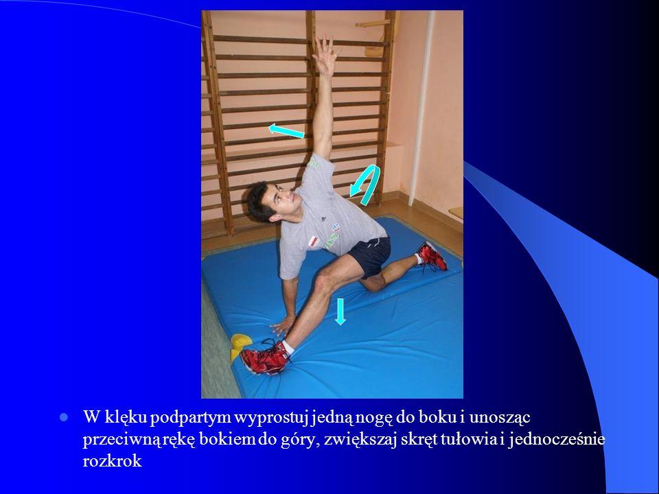 W klęku podpartym wyprostuj jedną nogę do boku i unosząc przeciwną rękę bokiem do góry, zwiększaj skręt tułowia i jednocześnie rozkrok