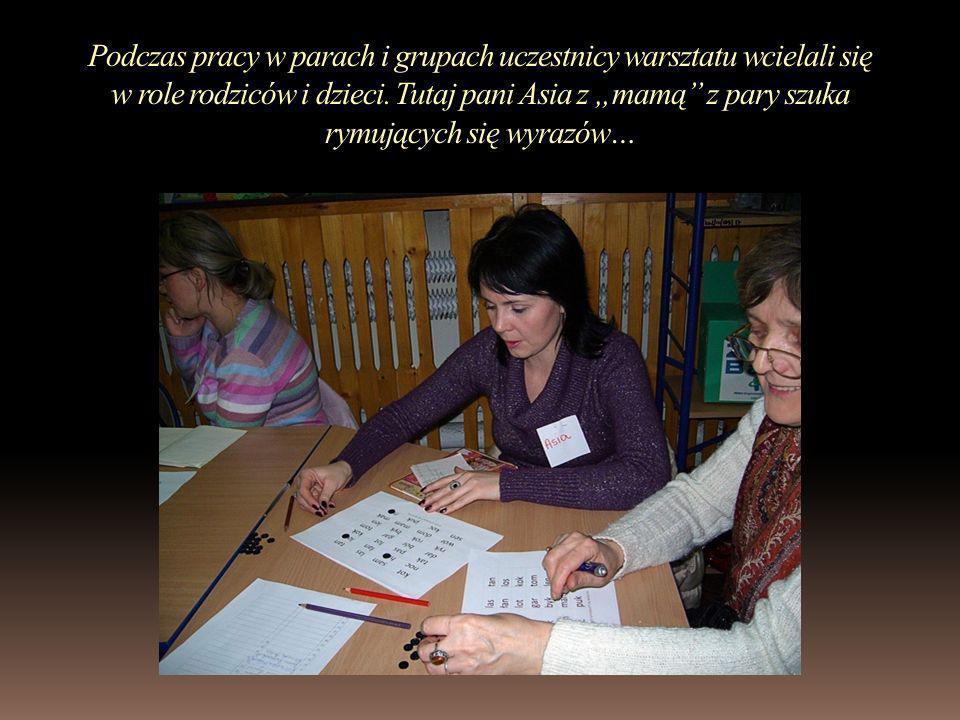 Rodzice pierwszoklasistów poznali też ćwiczenia podnoszące sprawność grafomotoryczną ręki.