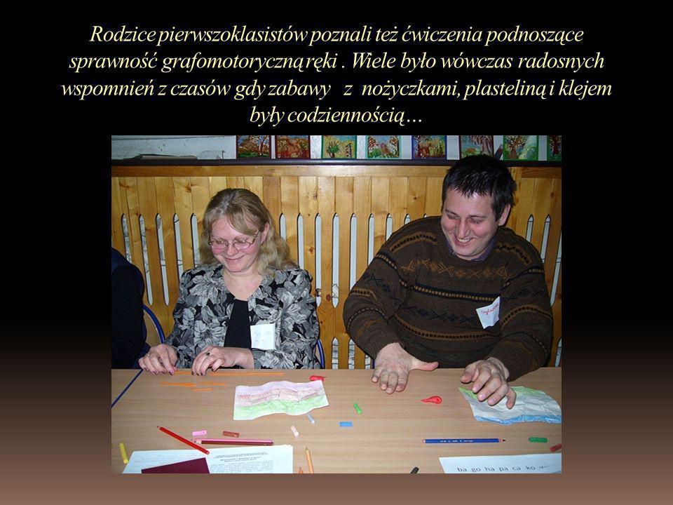 Rodzice pierwszoklasistów poznali też ćwiczenia podnoszące sprawność grafomotoryczną ręki. Wiele było wówczas radosnych wspomnień z czasów gdy zabawy