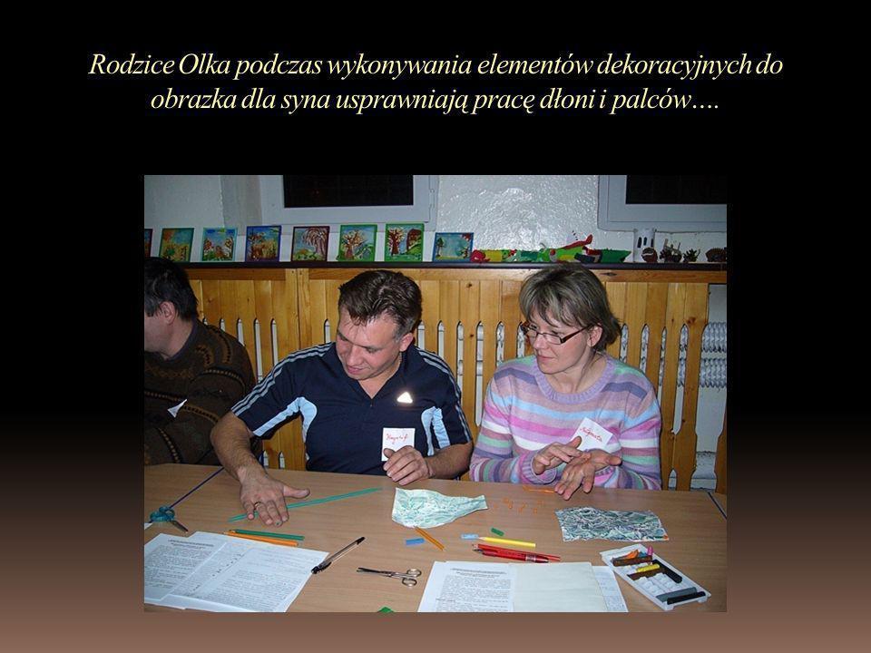 Rodzice Olka podczas wykonywania elementów dekoracyjnych do obrazka dla syna usprawniają pracę dłoni i palców….